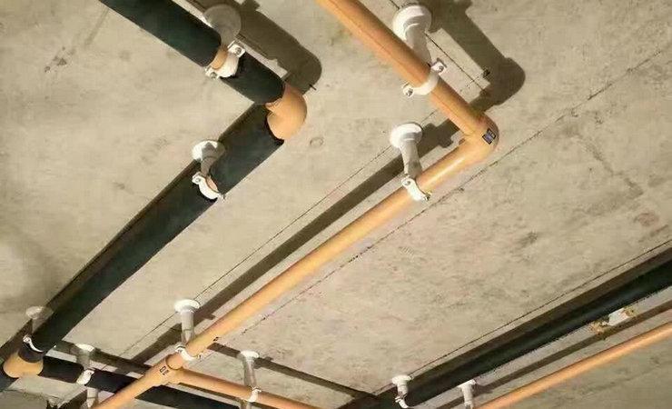 卫生间水管走顶
